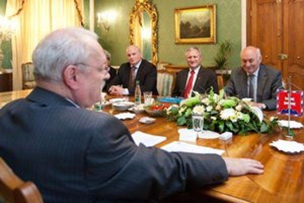 Prezident Ivan Gašparovič sa zhodol so šéfmi automobilieku nás na tom, že Zákonník práce nechcú otvárať.