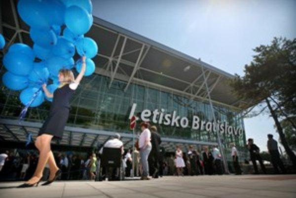 Letisku Milana Rastislava Štefánika v Bratislave sa darí, letecké spoločnosti odtiaľto ponúkajú vyše dvadsať pravidelných liniek. Na svoju prevádzku si zarobí samo, štát mu pomáhať nemusí.