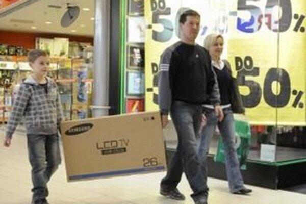 O televízory majú ľudia stále veľký záujem, aj keď tržby z predaja elektroniky klesajú.