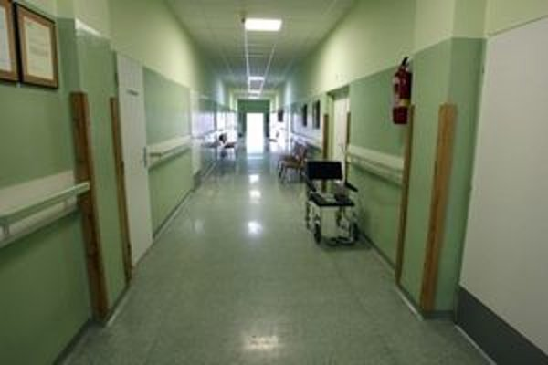 V nemocniciach sa po oddlžení nič nezmenilo. Nemajú viac peňazí a neplatia dodávateľom.