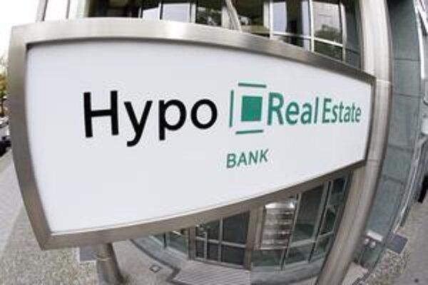 V čase krízy nalialo Nemecko do Hypo Real Estate 50 miliárd eur. To nestačilo a štát zvyšoval peniaze do banky aj svoj podiel v nej, teraz je jej stopercentným vlastníkom. Banka vlani neprešla záťažovými testmi.