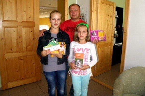 Ernekovci: Pre ceny prišli sestry  Dominika (vľavo) a Katka s otcom Norbertom.