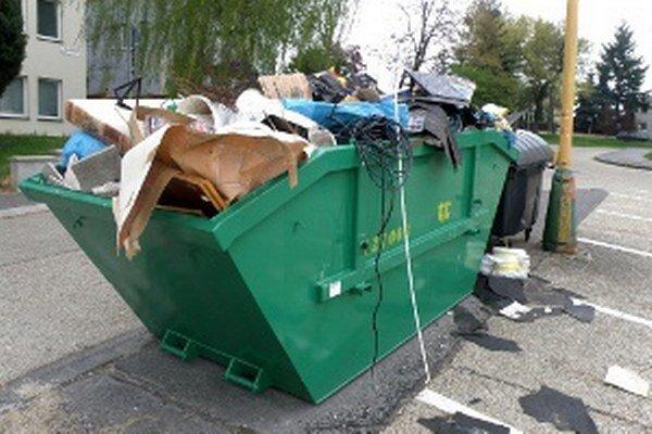 Ľudia môžu do kontajnerov dávať veľký odpad.