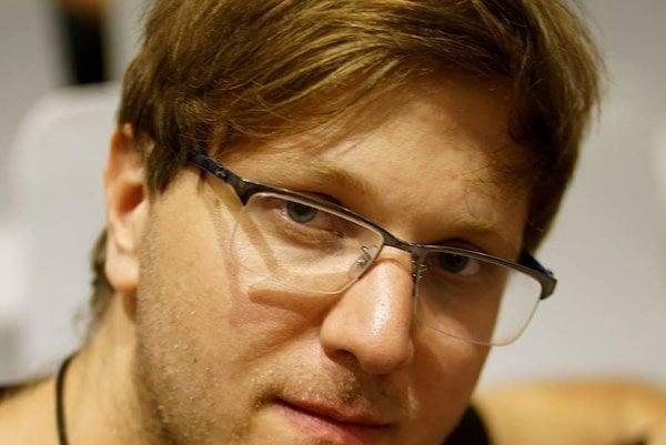 Pavol Lupták je výkonným riaditeľom spolčnosti Nethemba a je certifikovaným bezpečnostným špecialistom. V minulosti demonštroval možnosť zneužitia SMS lístkov vo všetkých veľkých mestách Európy.