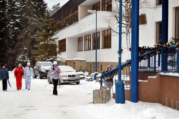 Turisti z východu. Do Ľubovnianskych kúpeľov ich prišli necelé tri stovky.