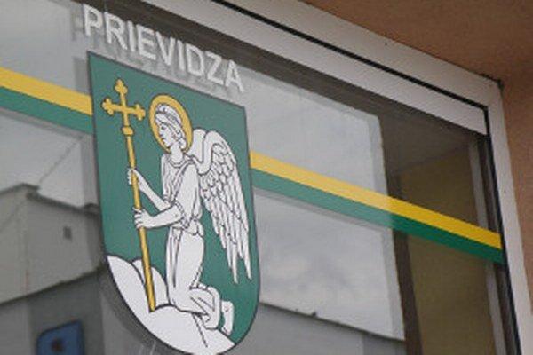 Na erbe Prievidze je dominantný anjel.