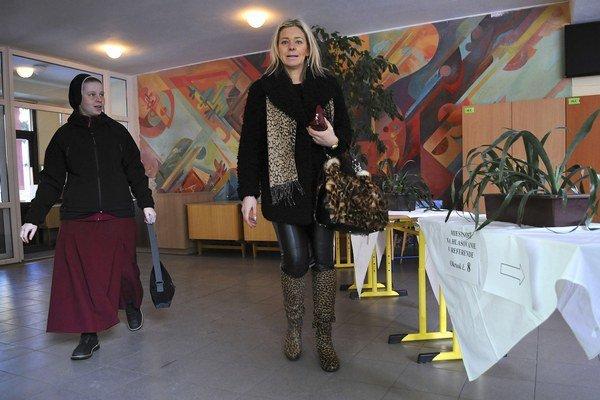 Sestra redemptoristka (vľavo) a ďalšia volička prichádzajú na hlasovanie v Kežmarku.
