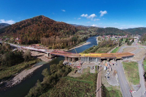 Hraničný most. Spája Mníšek nad Popradom a poľskú Piwnicznu.
