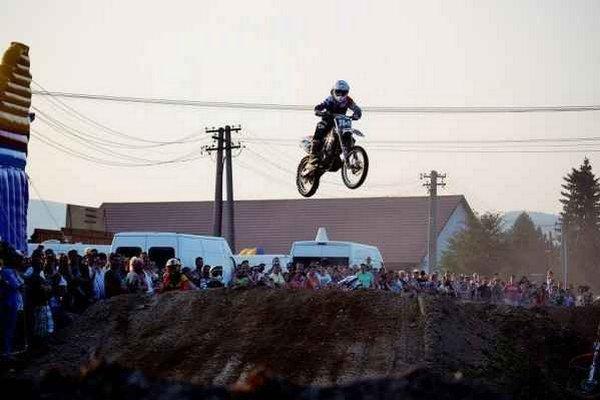 Motorková šou. Adrenalín zažili diváci vo dne i za tmy.