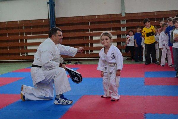 Vo svojom prvom kimone. Ako päťročná pri trénerovi F. Vorobeľovi.