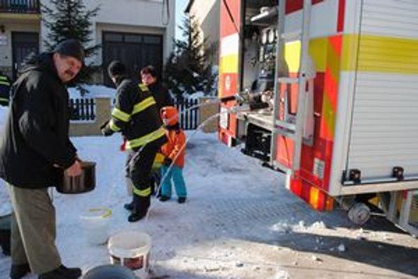 Zásobovanie. Obyvateľom rozvážajú vodu hasiči. Ľudia prichádzajú s vedrami či hrncami.