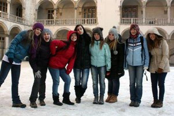 Staroľubovnianky. V Poľsku nabrali nielen nové skúsenosti, ale užili si aj veľa zábavy. Dokazuje to aj fotografia vysmiatych dievčat.