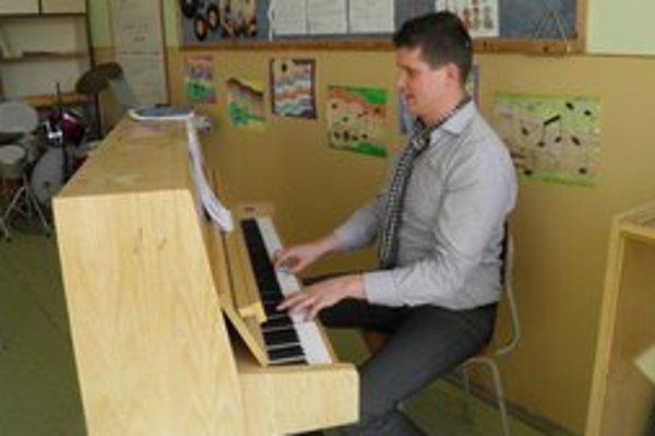 Štefan Kollár vo svojej triede, za klavírom.