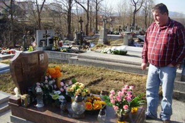 Na tragédiu sa zabudnúť nedá. Otec Vladislav chodí  s rodinou k hrobu Viktorky pravidelne.
