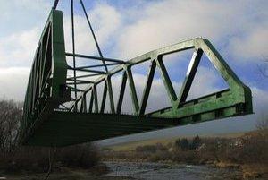 Osádzanie mostnej konštrukcie v novembri 2011.