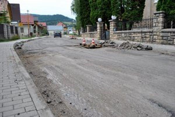 Cesty a chodníky vo Vyšných Ružbachoch prechádzajú výraznými zmenami.