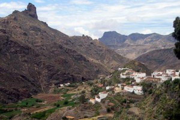 Nádherná krajina. Na ostrove sú krásne hory s vysokohorskými dedinkami.