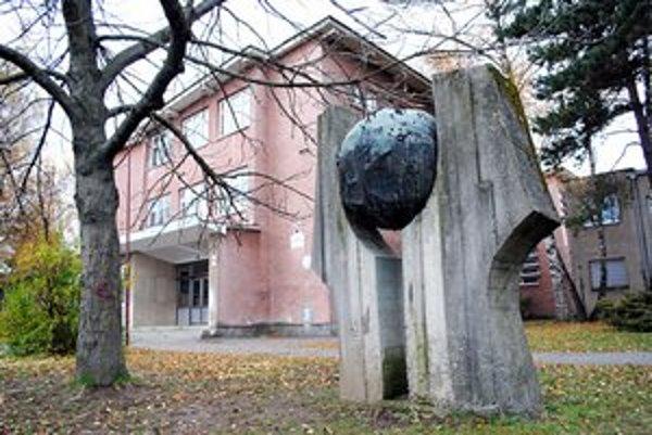Budova školy. Stavba je tu od začiatkov v roku 1962.