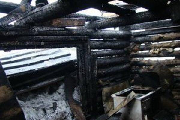 Požiar zničil drevenú chatrč.