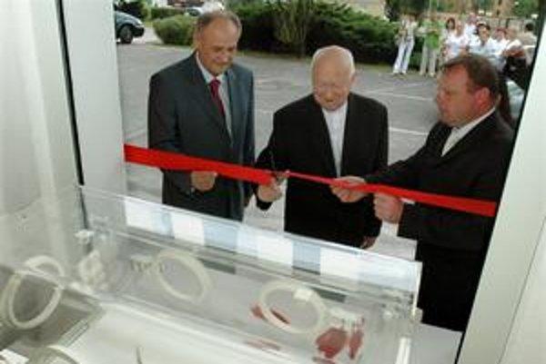 Milan Fiľo (vpravo) sponzoroval aj Hniezdo záchrany v Ružomberku. V roku 2007 ho otváral spolu s riaditeľom nemocnice Igorom Čomborom (vľavo) a biskupom Rožňavskej diecézy Eduardom Kojnokom.