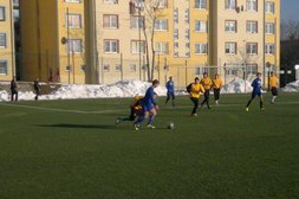 Futbalisti musia čakať, kým sa stav terénov zlepší. Počasie ich zatiaľ do súťaží nepustilo, príprava sa natiahla.