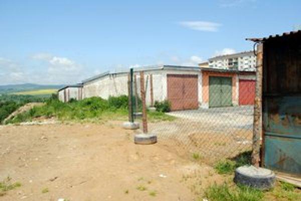 Zábrany. Mesto osadilo zábrany za garážami nad svahom.