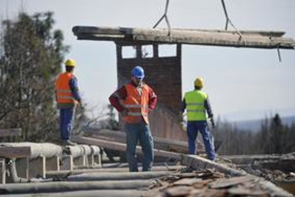 Jedným zo spôsobov, ako štát prichádza o dane, je aj ten, keď si robotníci za vykonané stavebné práce nechajú zaplatiť na ruku.