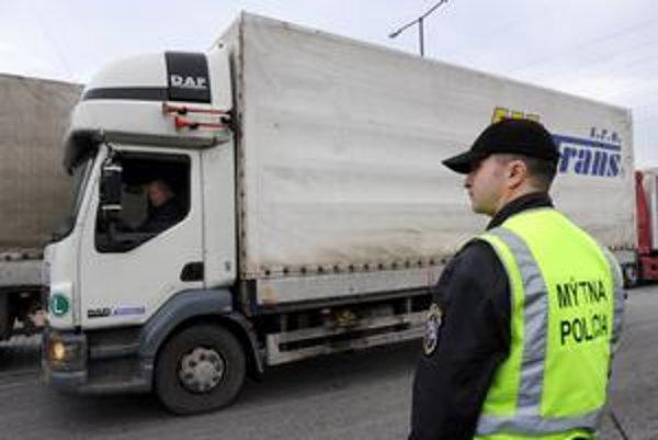 Kontrolu výberu mýta na Slovensku zabezpečuje 25 mobilných jednotiek. Tie tvorí policajtmýtnej polície a človek poverený výkonom kontroly, teda zamestnanec spoločnosti SkyToll.