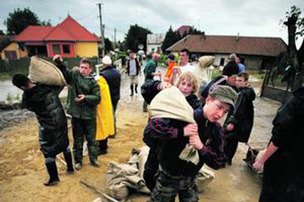 Počas minuloročných povodní si obyvatelia postihnutých oblastí pomáhali sami. Štát chcel presvedčiť nezamestnaných, aby sa zapojili aj oni.