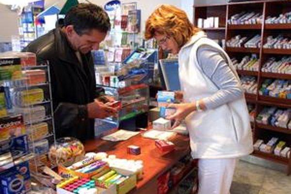 Lieky, ktoré sa dajú kúpiť bez predpisu, chce minister financií Ivan Mikloš predávať ajv supermarketoch či v potravinách.