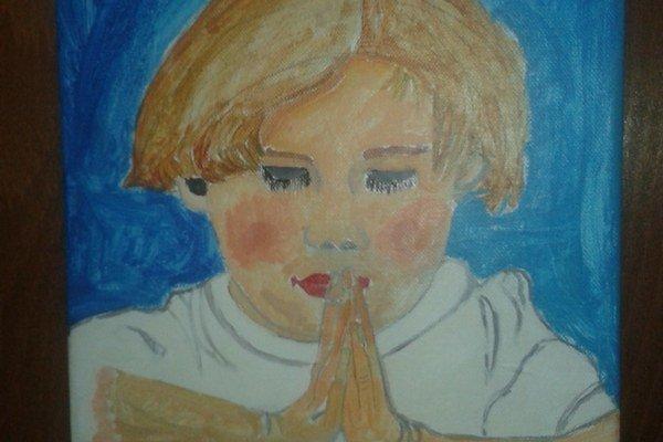 Chlapec, ktorý sa modlí.