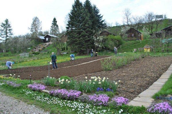 Záhradkári. Už začali s jarnými prácami.