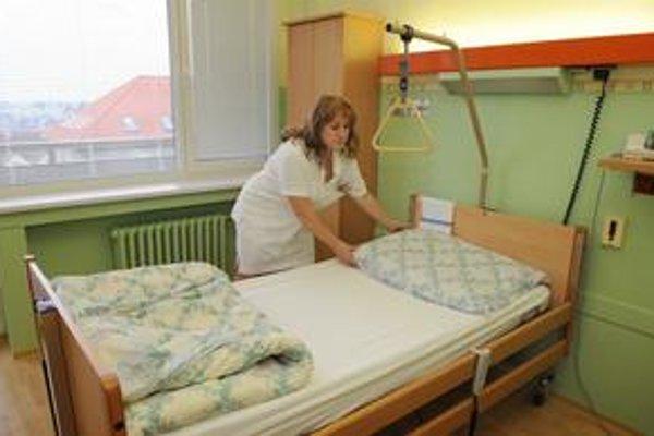 Nemocnice majú zredukovať  lôžka. Od  júla ich má desatina ubudnúť.