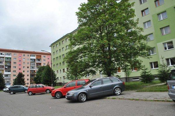 Parkovanie na chodníkoch. Možno nový zákon zakáže.