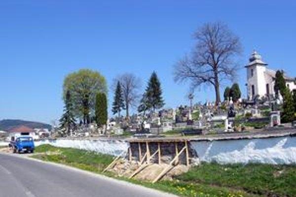 Oprava. Múr na cintoríne opravili chlapi počas minulého týždňa.