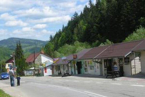 V obci je niekoľko obchodov. Takmer všetky prevádzky teraz zažívajú po rokoch veľkú krízu.