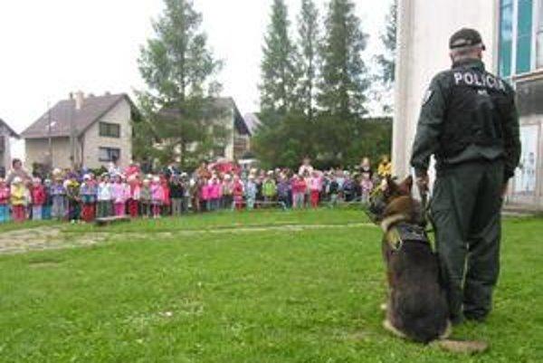 Psíčkovia sa páčili. Poslušnosť a disciplína policajných psov niektorým deťom doslova zatajovala dych.