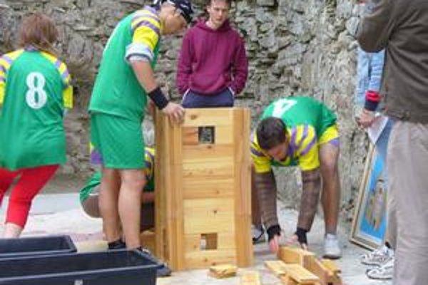 Každý sa snažil vytvoriť skladačku z hradu čo najrýchlejšie.
