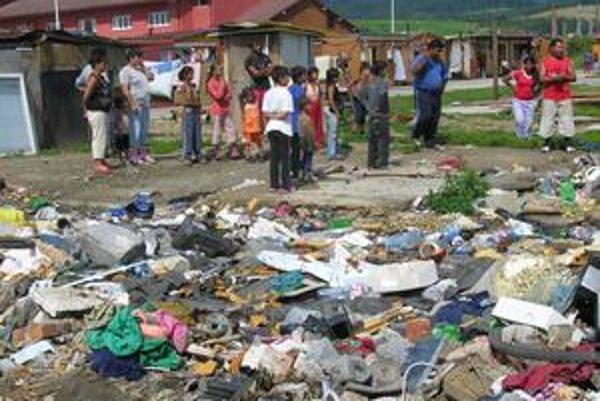 Osada na Továrenskej. V decembri tu vyhoreli obydlia, po čase prišli problémy so smetiskom.
