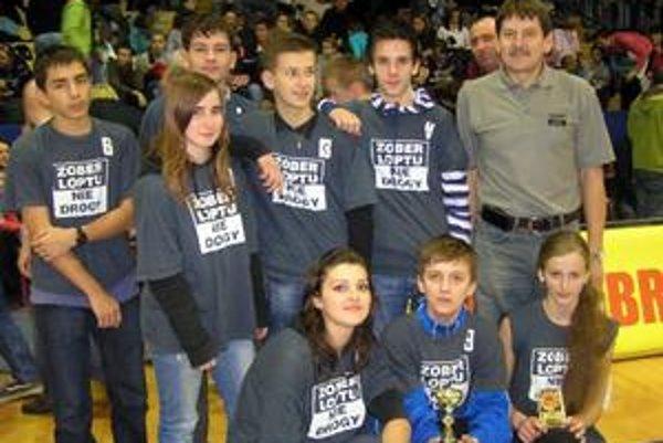 Radosť. Basketbalová mlaď Starej Ľubovne počas euroligy Dobrých anjelov so španielskym tímom Rivas Ecopolis.