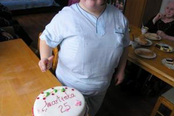 Oslávenkyňa. Kolegyne je nechali upiecť narodeninovú tortu.