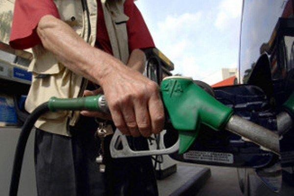 Zlodeji pred tankovaním paliva na čerpacích staniciach dávajú prednosť krádežiam benzínu.