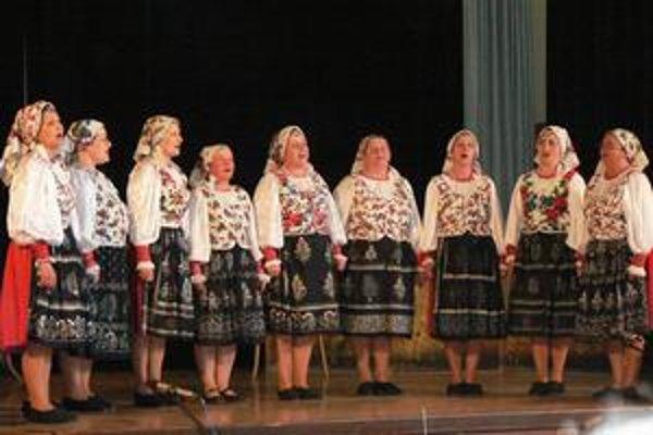 Poľana. Deväťčlennú ženskú spevácku skupinu porotcovia ohodnotili Zlatým pásmom apostupom do celoslovenskej súťaž.