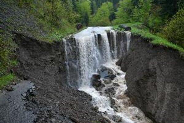 Takúto spúšť vytvoril vodný živel na lesnej ceste pri Veľkom Lipníku.