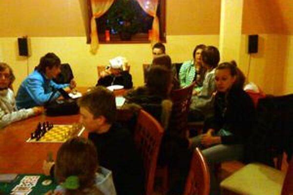 Turnaj. V pizzerii sa súťažilo v stolových hrách.