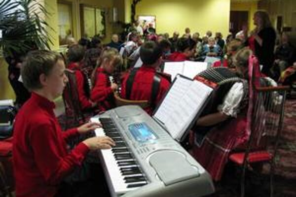 Veselé harmoniky. Súbor pôsobí pri umeleckej škole J. Melkoviča.