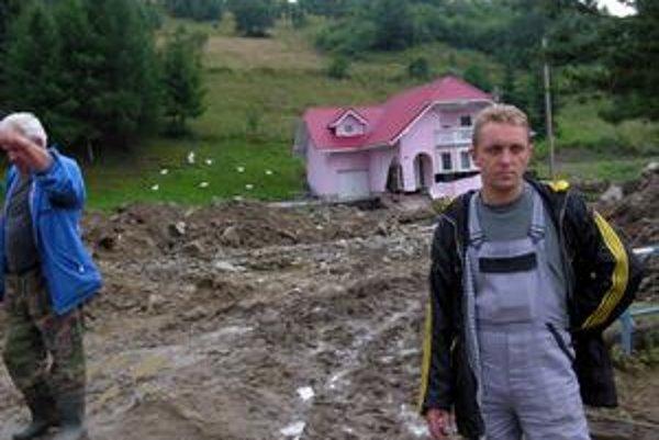 Budúci starosta Čirča. Michala Didika si verejnosť môže pamätať aj z povodní v obci v lete roku 2008. Živel mu vtedy oslabil základy na dome. Fotografia s narušeným domom vtedy obletela celé Slovensko.