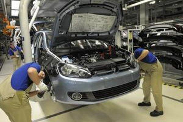 Asi pred tyždňom dosiahli dohodu o raste miezd odborári v sídle koncernu Volkswagen. Nemecký odborový zväz IG Metall vyjednal zamestnancom zárobky vyššie o 3,2 percenta a k tomu jednorazovú odmenu.