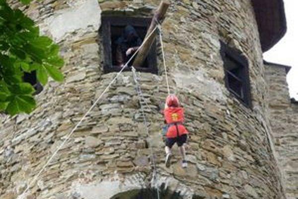 Náročná disciplína. Ostatní z družstva ťahali svojho člena hore do malej vežičky. Tam ich čakala otázka od otca Furata, týkajúca sa dejín hradu.