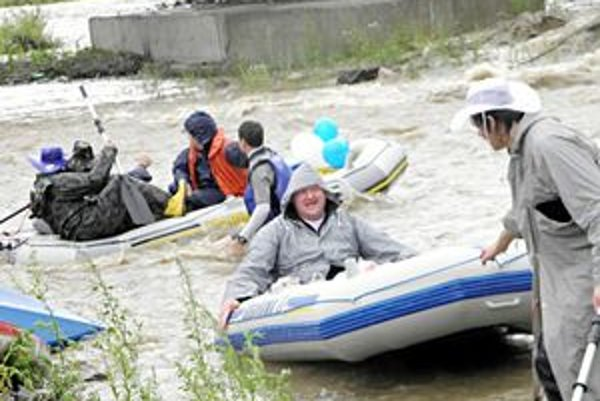 Splav. Tento rok museli účastníci strpieť chladnejšie i daždivé počasie.